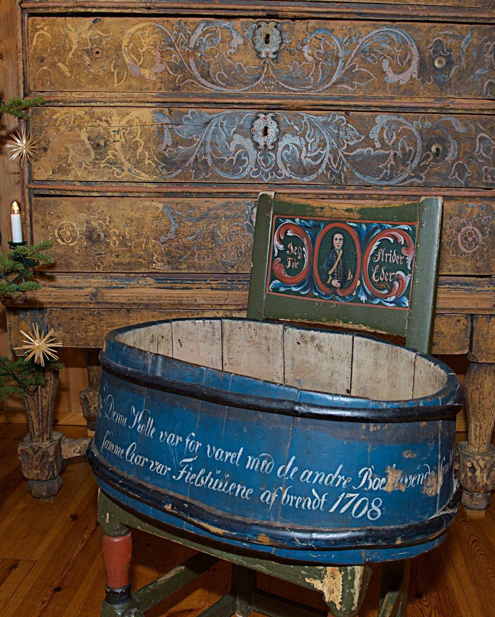 Tradisjonene fra Fokstugu forteller at folket der klarte å gjemme unna noen få gjenstander. En av disse er denne kolla. For å minnes dette fikk kolla i 1843 en tekst som forteller historien. Årstallet er feil, men at den ble reddet unna brannen er nok riktig.