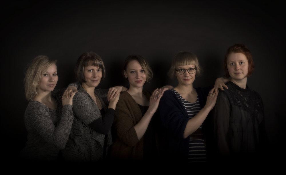 Friends   Studio photograph. Friends in the picture from the left: Matleena Railo, Sonja Lehtomäki, Juulia Manninen, Maiju Pääkkönen ja Maria Marjanen.