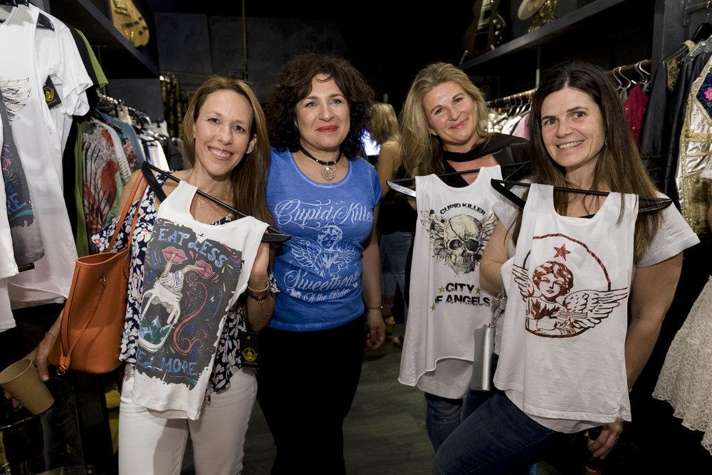 Frédérique  con unas clientes muy satisfechas y contentas con nuestras camisetas