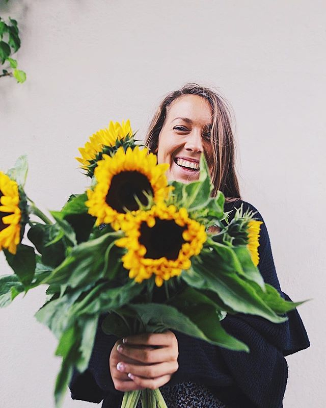 the flower power 🌻 • #vsco #vscocam #flowers #sunflower #oslo #norway #photography #alfreddesign #ourmoodydays #moodyports