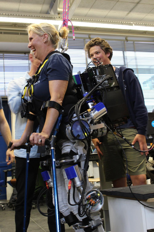 """Visie en Missie - Elk jaar zal Project MARCH bestaan uit een groep ontzettend gemotiveerde studenten en een piloot. Wij geloven sterk dat een exoskelet de toekomst is voor mensen met een dwarslaesie. Samen zullen zij elke dag werken met één doel voor ogen:""""Het teruggeven van volledige mobiliteit aan lichamelijk beperkten, om zo te participeren in dagelijkse activiteiten"""""""