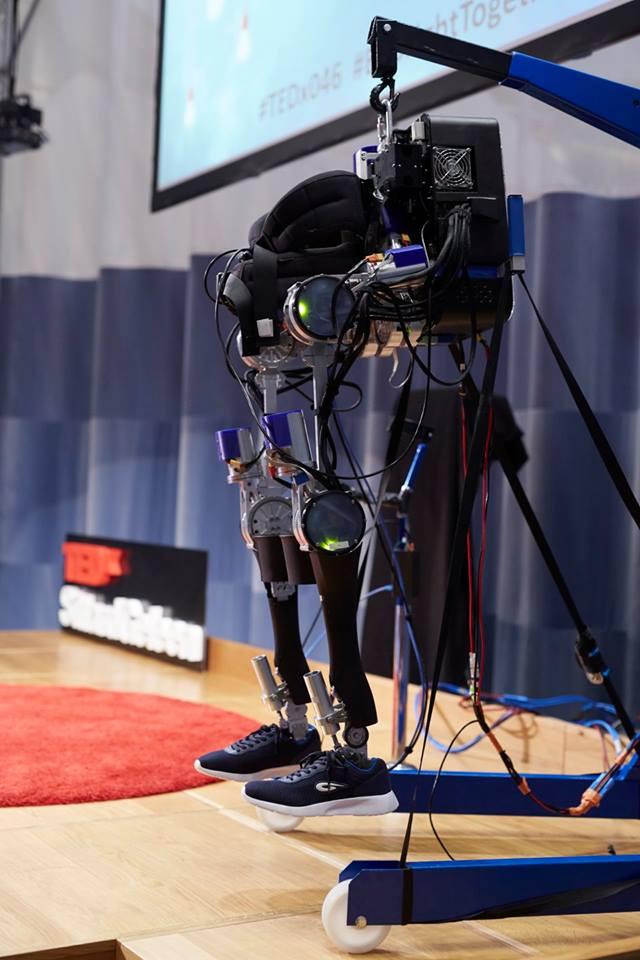 Nieuwe technologieën - Het exoskelet is gemaakt door Project MARCH en is het eerste exoskelet volledig gemaakt door studenten in Nederland. Het ontwerp van ons exoskelet heeft de volgende focuspunten: een compact gewrichtsontwerp, speciaal gemaakte elektronica en een intuïtieve aansturing.