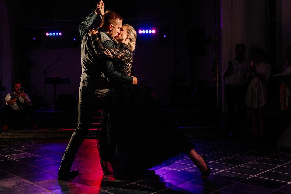 PASSIE & VUUR - De openingsdans van Femke en Brecht was één en al passie en vuur. Dit kon je echt voelen. Ondanks de nodige zenuwen, zetten ze een dans van formaat neer. Wij zaten echt te genieten achter onze camera!