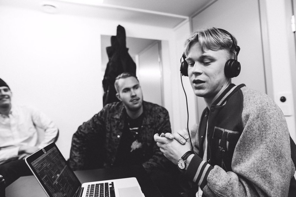 Catching up with KASPERG backstage. Photo by:    Leo Lexter