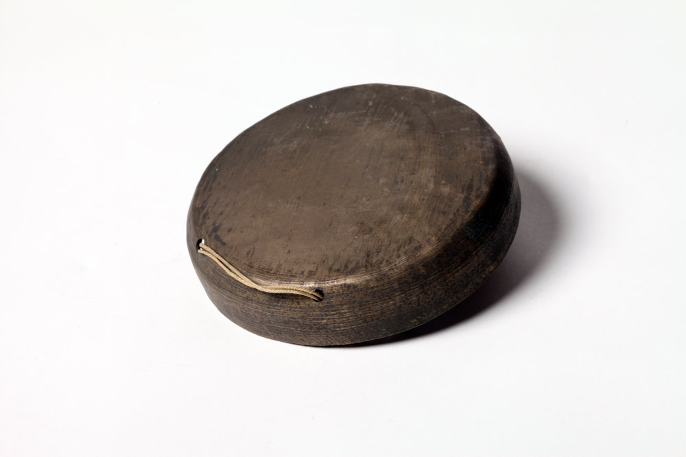 "Yueluo   (literally ""moon gong"") is a percussive instrument made of bell metal (a type of bronze). It has the shape of a round moon with crispy, short and sharp sound, which makes it in the category of sopranino  xiaoluo . In  kunqu  ensemble, it is usually used to create festive atmosphere, together with  zhongnao , drum and clapper."