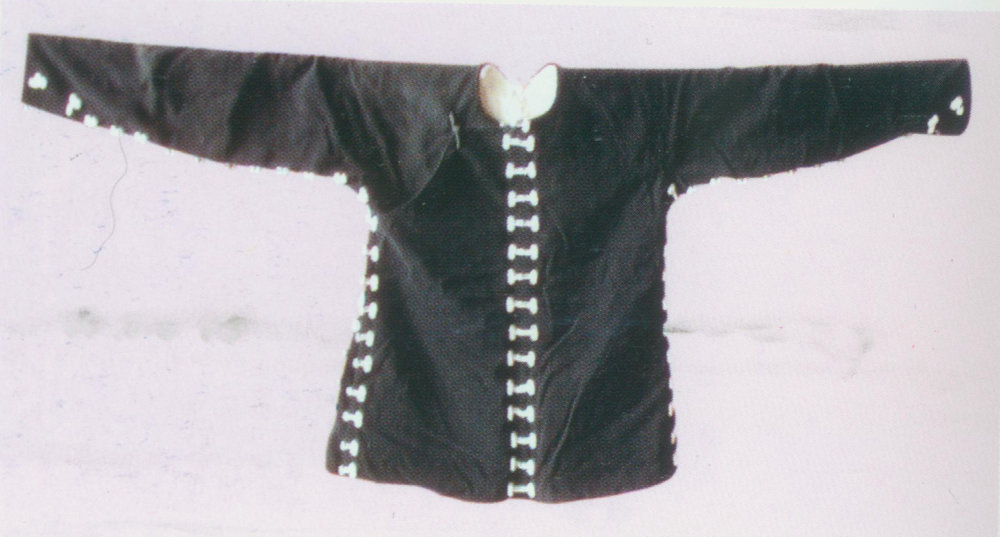 "Kungfu Coat  Costume.   It is a black jacket with round neck and small cuffs. It has buttons on the right ( dajin ) and a slit at the sides. There are white coil buttons down the front and along the edges. It is worn by guards, heroes and other characters with Kungfu, for example, Wu Song in  The Gallant Swordsman  and four ""little tigers"" in  The Kylin Pavilion ."