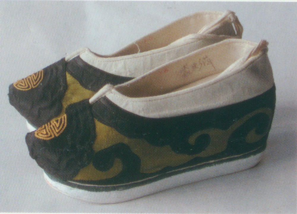 Xiangxie   also named as fuzixie,  flat slippers made of black velvet with fungus-shaped arabesque and other pattern. It is white round toe with thin sole; some have high heels but are rarely used.