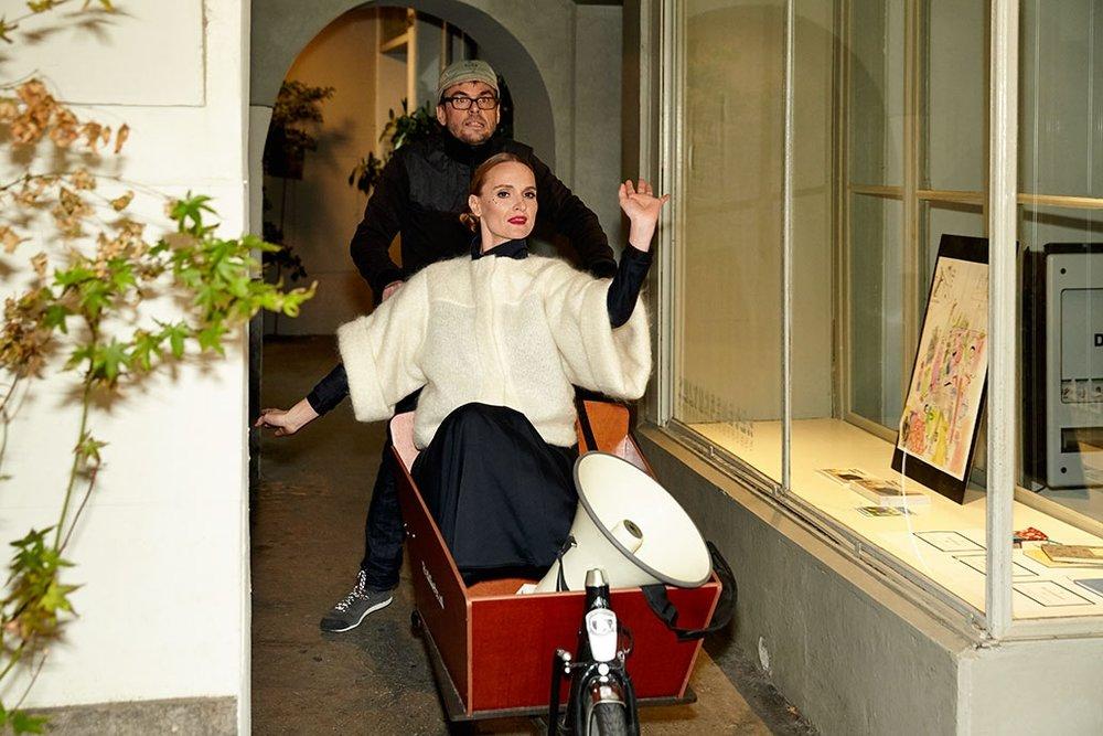 Foto von Love Weber, Teaser an der Ladeneröffnung vom 4.11.2016 mit Nina Stadler & Dominik Huber, Dress von Sabine Portenier.