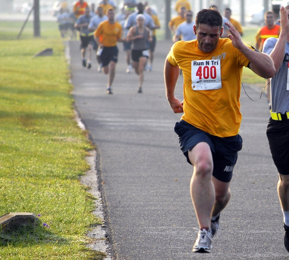 US_Navy_100519-N-7367K-001_A_Sailor_and_a_Soldier_based_in_southern_Mississippi_sprint_to_the_finish_line_during_the_Run_for_Relief_5K_Challenge.jpg