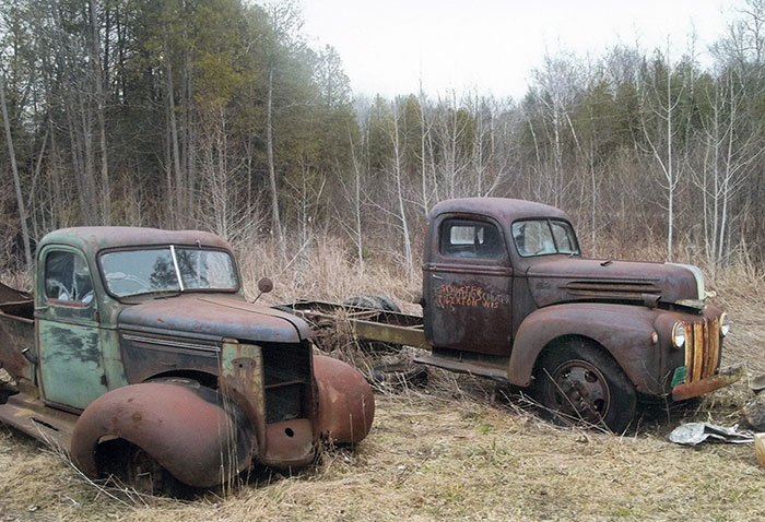 This photo also spotlights two very old trucks. On the left is a 1939 Chevrolet and on the right is a 1947 Ford F-5.