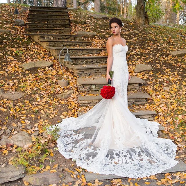 Sunday special 👰 . . . . . #weddingdress #weddings #wedding #brideportrait #bridalportrait #weddinginspiration #weddingdressinspiration #lace #laceweddingdress #fallwedding #weddingphotography #weddingphotographer #beautiful #weddinginspo