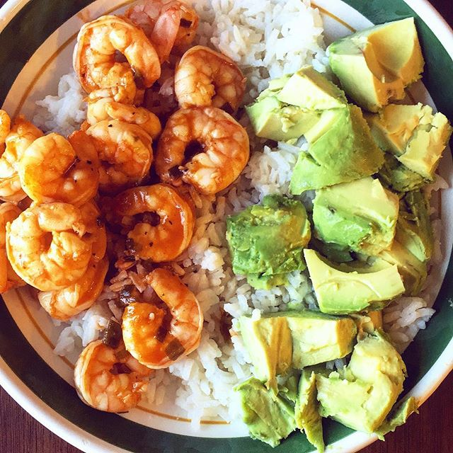 RECIPE 🚨🚨 You guys already know allow much I love cooking but I seriously feel in love with this recipe I made yesterday!  Cajun Shrimp, Rice & Avocado:  Spices for Shrimp: ▪️1 tsp: Cajun seasoning ▪️Salt ▪️Pepper  Cooking: ▪️ Fry and cook in lemon juice for 3-4 minutes ▪️ Cut up & serve avocado with sea salt  ALL DONE! Super easy & quick but so delicious 😋  #ashleyresch #bbmovement #recipes #healthyeating