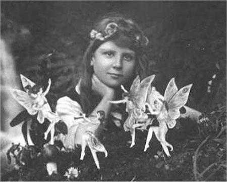 """Πριν το photoshop. Νεράιδες χορεύουν γύρω απο πορτρετο κοριτσιού, The Strand magazine 1920. Πέρασαν σχεδόν 30 χρόνια μέχρι να αποδειχθεί οτι η φωτογραφία ήταν """"ψέυτικη""""."""