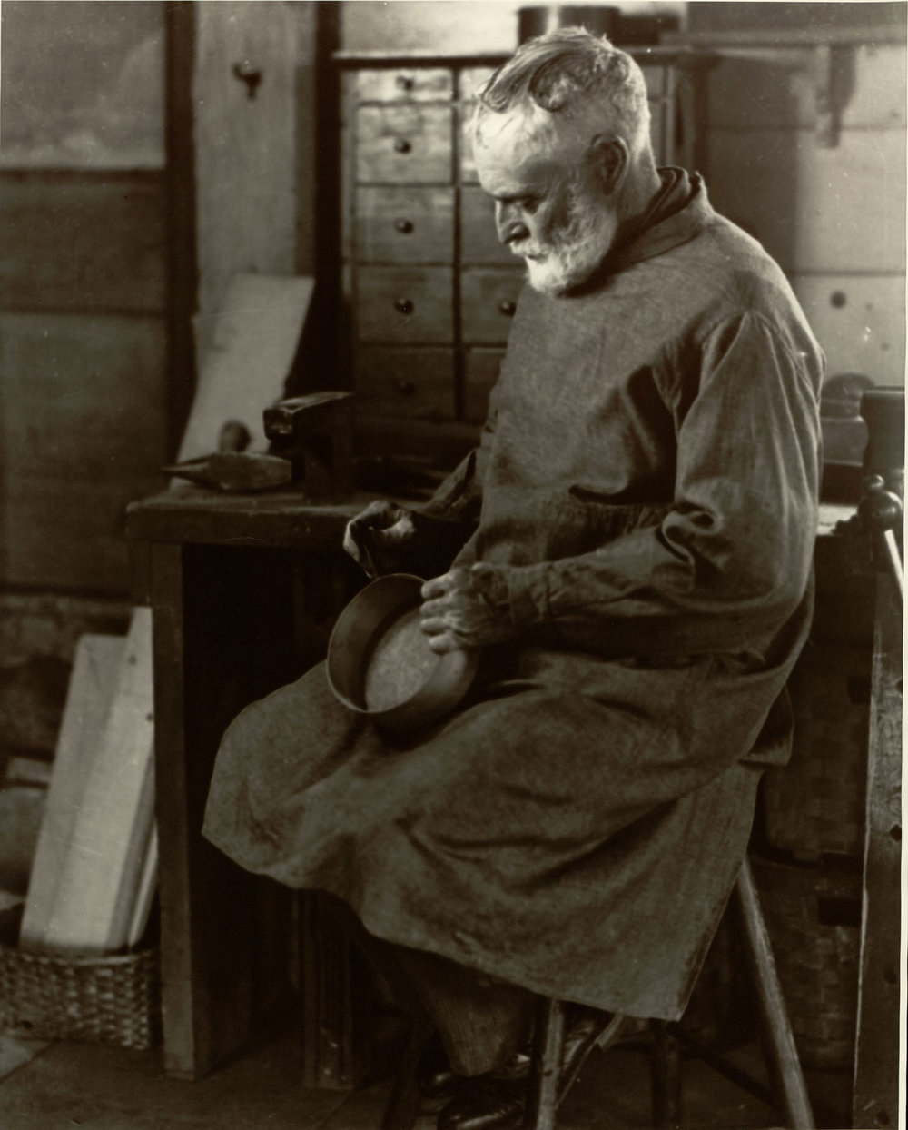 SHAKER BROTHER RICARDO BELDEN MAKING WOODEN OVAL BOXES IN A WORKSHOP AT THE HANCOCK SHAKER VILLAGE, NEAR PITTSFIELD, MASSACHUSETTS (PHOTO BY SAMUEL KRAVITT, COURTESY LIBRARY OF CONGRESS PRINTS AND PHOTOGRAPHS DIVISION, VIA  WIKIPEDIA )