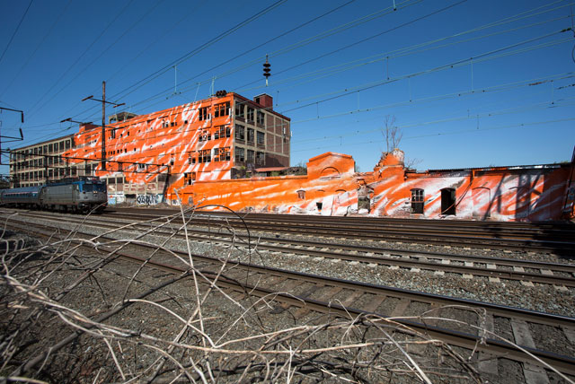"Katharina Grosse, ""psychylustro,"" view from the train, the Great Wall, side A (photo by Steve Weinik for the City of Philadelphia Mural Arts Program)"