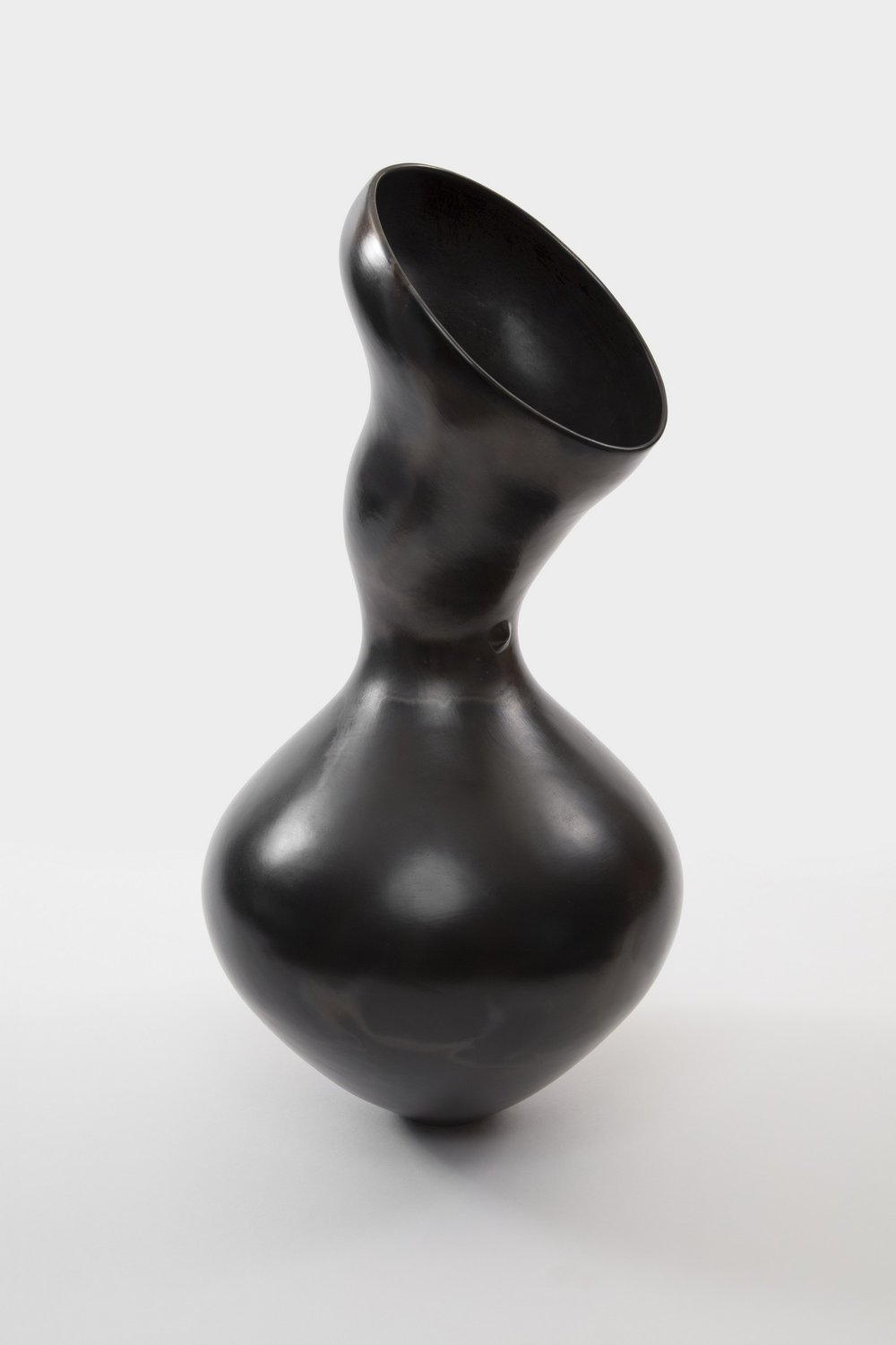 Vessel Series II, no.1 by Odundo, 2005–2006. Burnished and carbonized terracotta. Maxine and Stuart Frankel Foundation for Art, Bloomfield Hills, MI.
