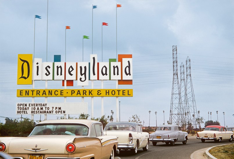 The original Disneyland sign on Harbor Boulevard welcomed guests from 1958 to 1989. Its bold colors, shapes, and kinetic exuberance make it an icon of midcentury design. Collection of Dave DeCaro, davelandweb.com