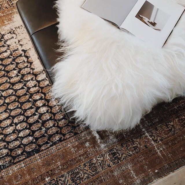 Inspo of the day: Luxe textures—feeling fancy with rococo rugs, fur pillows, and chocolate leather ✨