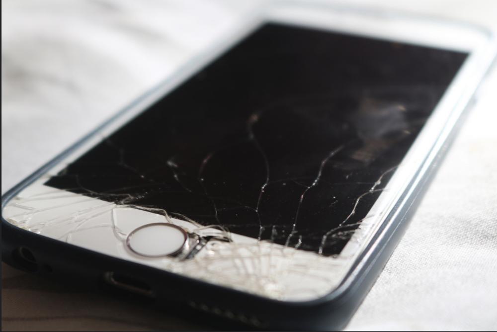 Broken screen on smart phone © sienamcgibben100