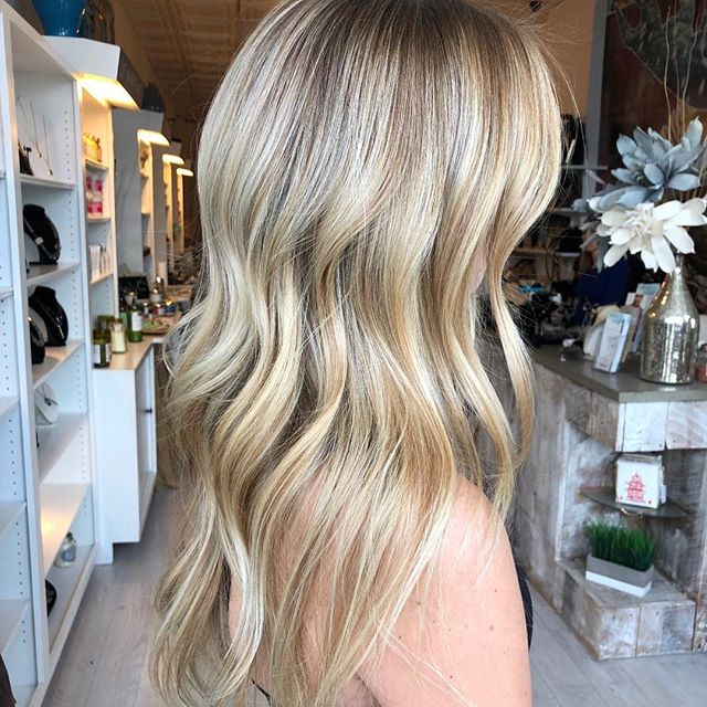 Absolutely gorgeous ✨✨✨seamlessly created by @hairbykimthompson #balayage#haircolor#hairpainting #talent #seemlesscolor #shinyhair #bestofbalayage #prettyhair