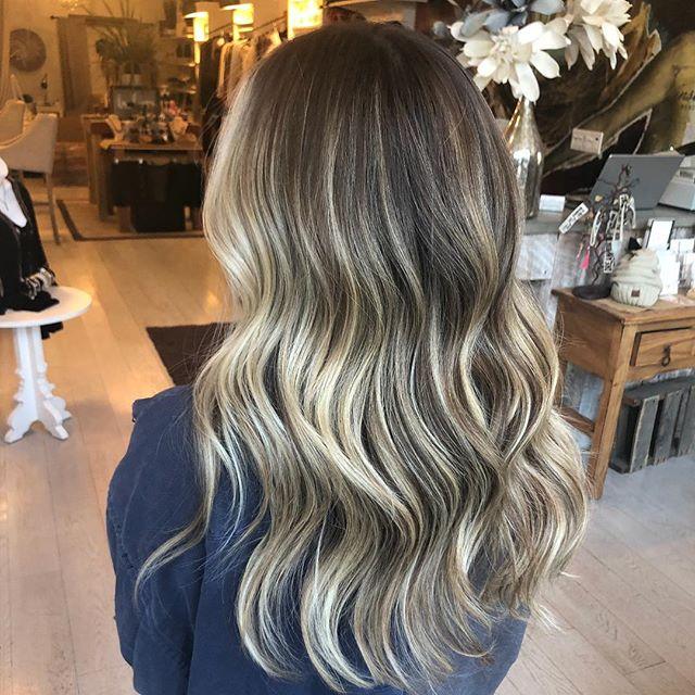 Gorgeous lived in blend ✨✨✨created by @highvibehair #balayage #blondebalayage #blend #hairmelt moprofessional #summerhair #bellmorehair #handpaintedhair  #longislandsalon #longislandhairstylist #longislandcolorist #modernsalon #americansalon #whodoesyourhair #wdyhsalon #beautylaunchpad #behindthechair #balayageartists #hairgoals#hairinspo #shearcraft#saloncentric #maneinterest#btcpics #oligopro#lovewhatwedo #touchoflight  #beyondtheponytail #lovewhatwedo#pixie#shorthair@bestofbalayage@balayageartists