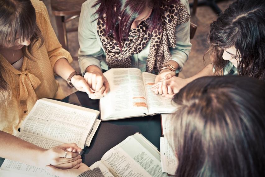 Culto de Damas El primer viernes tenemos nuestras mujeres se reúnen para adorar y reunirse.