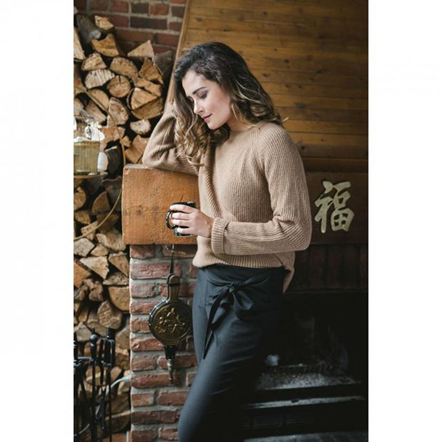 Wishing you a cozy day by the fireplace ☕✨ *** @cavadesoi knit paired with our Grace trouser �