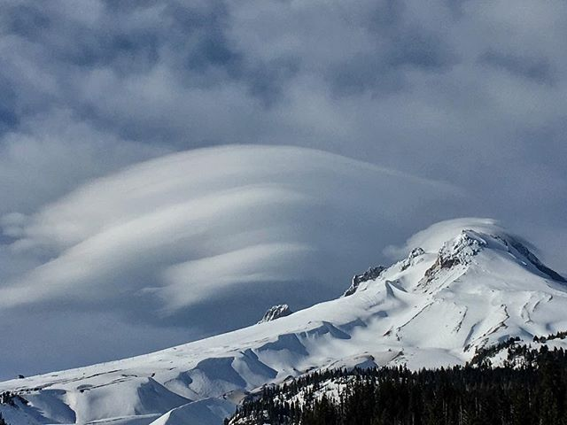 Trippin on Wy'East wind clouds. 🌬 #myhood #mthood #clouds #mountain #oregon #nature #natureisart #naturephotography #snowboarding #cloudcap #neatnature