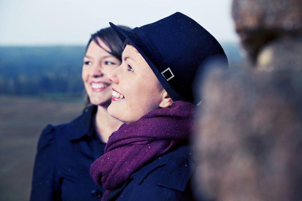 Annlaug Børsheim og Mari Skeie Ljones byr oss på folketonar på Vetti Gard. PRESSEFOTO.