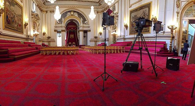 We can definitely get used to these palatial settings... 👑🇬🇧 - #filming #palace #royal #buckingham #london #britain #queen #princess #red #gold #interview #dukeofyork