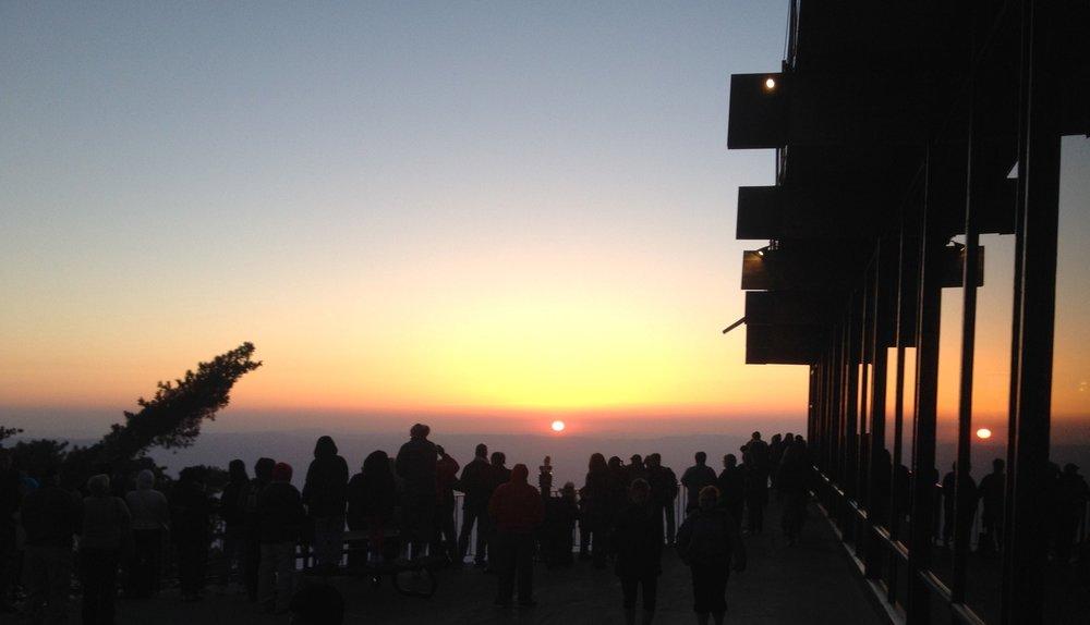 O pôr do sol visto do Aerial Tramway. Foto do Facebook do Aerial Tramway