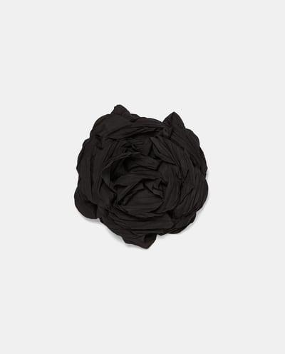 Zara: flor com alfinete e mola