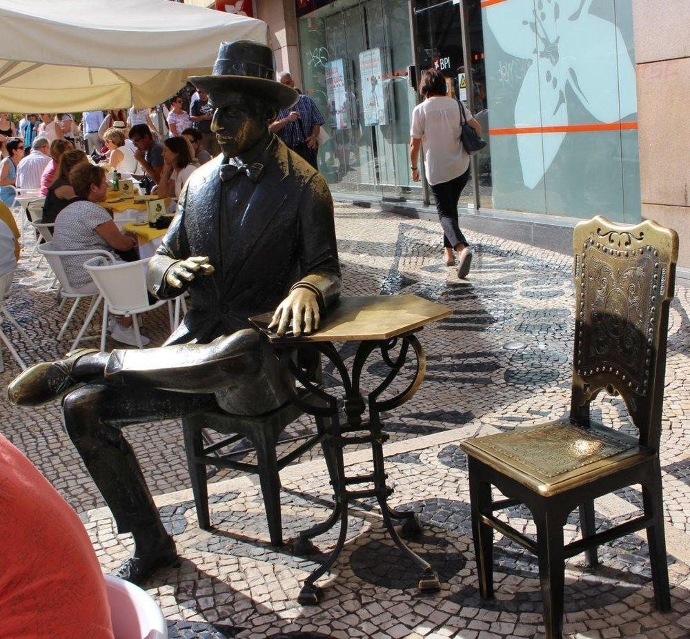 Estátua de bronze na esplanada da Brasileira