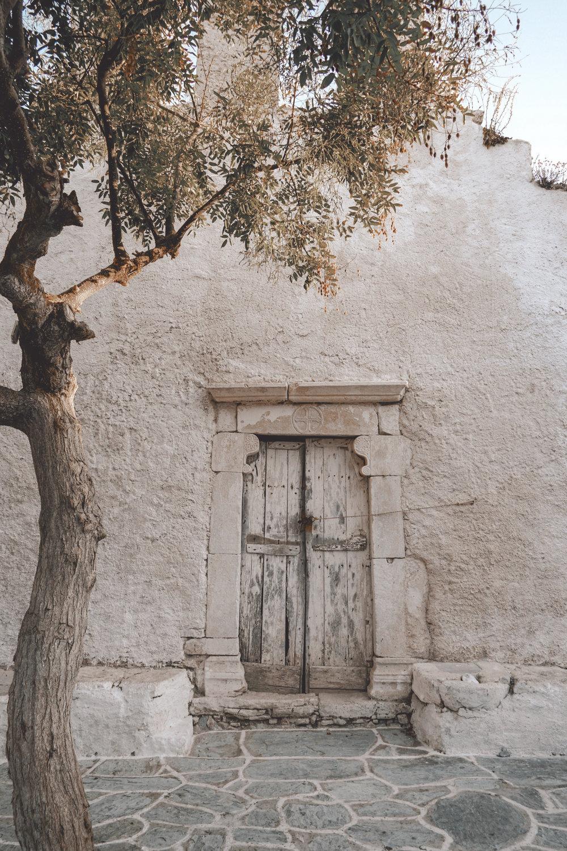 Old doorway by O Kritikos Restaurant