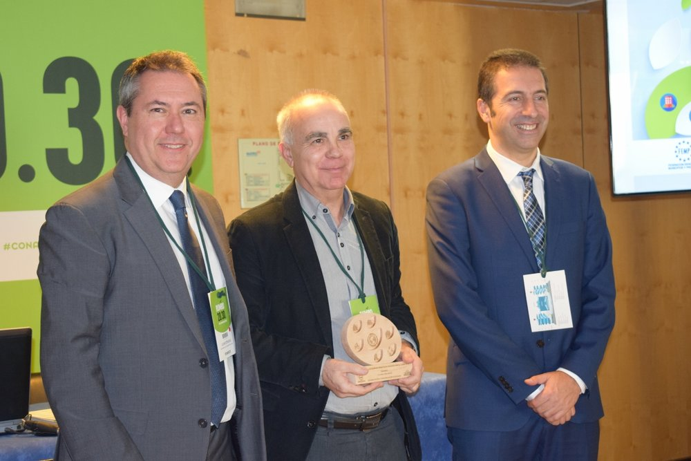 El concejal de Medio Ambiente de Granollers, Albert Camps, con el premio de Sensibilización y Concienciación Ciudadana
