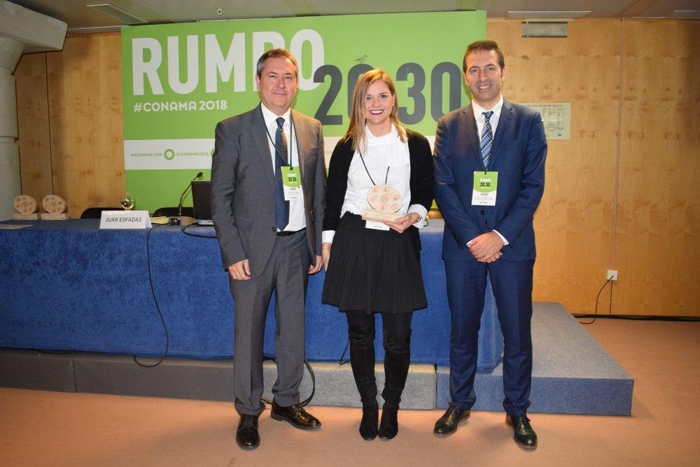 Ane Oyarbide, concejala de Medio Ambiente de Donostia-San Sebastián, con el premio de Adaptación al Cambio Climático