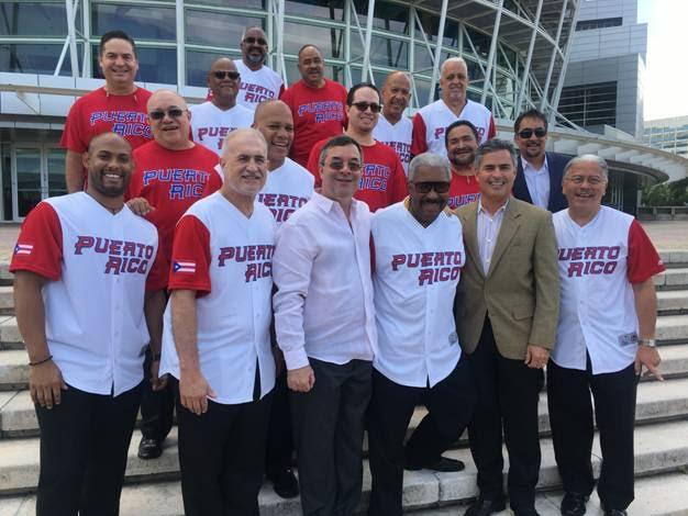 """En la foto El Gran Combo de Puerto Rico junto Néstor """"Buho Loco"""" Galán, los productores Rafo Muñiz y José Dueño"""