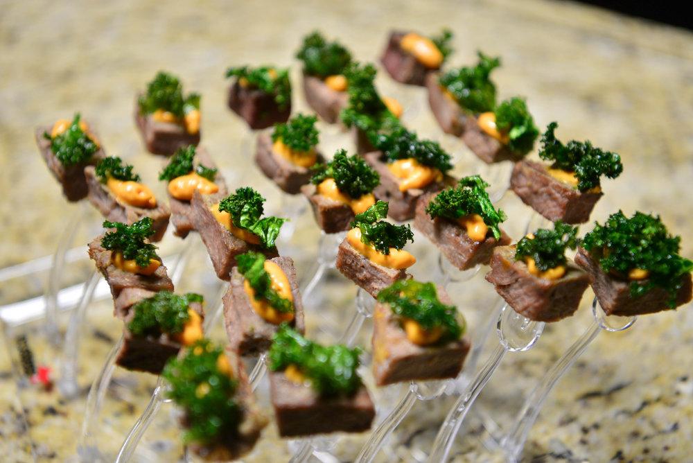 Steak con marinado balsámico con kale y tomate rostizado.jpg