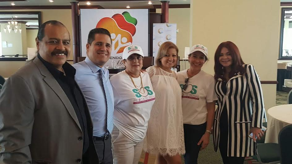 (    De izquierda a derecha el senador José _Chaco_ Vargas Vidot, Normando Valentín, la pacientre trasplantada de riñón Ayleen Román, Ángela Díaz, directora ejecutiva del Consejo Renal y Helga García durante el secuestro del CRPR    )