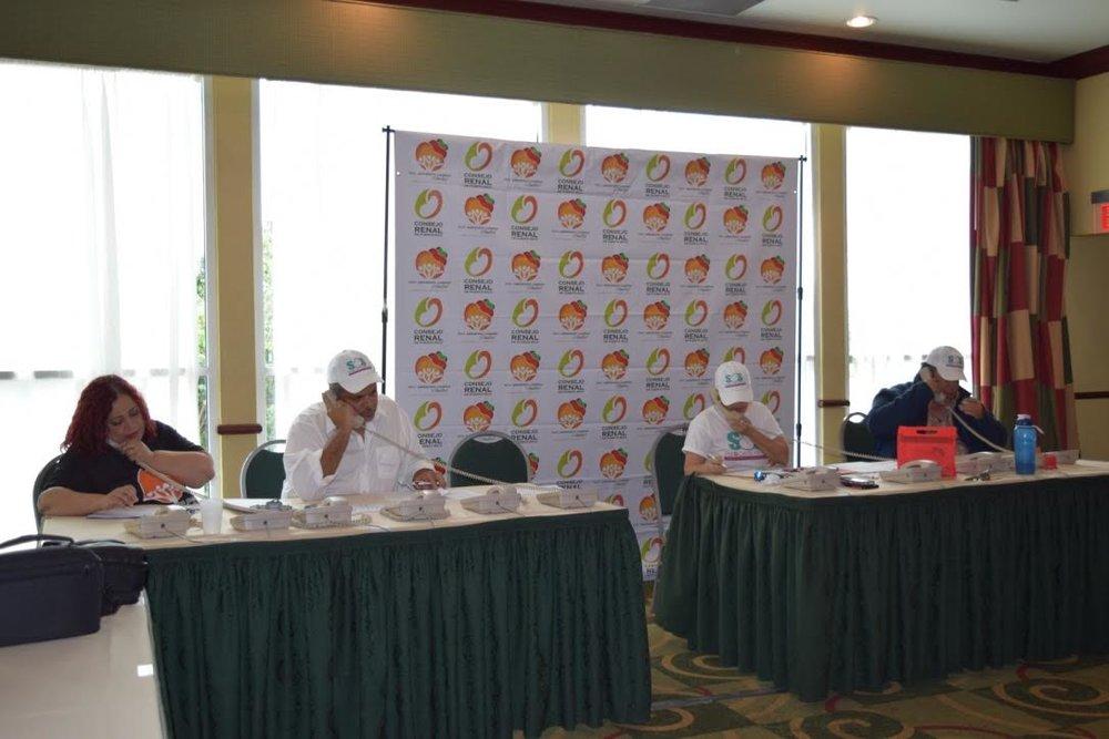 (Los voluntarios del Consejo Renal recibiendo las llamadas de donativos del público durante el Rescate Renal)