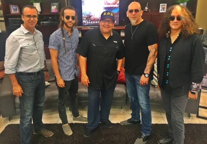 De Izquierda a Derecha:  Tommy Rivera (Bajo), Pedro González (Guitarra), Roberto Sueiro (Cantante), JoséGómez (Director Musical, Piano y Teclados) y Alcides Figueroa (Guitarra),