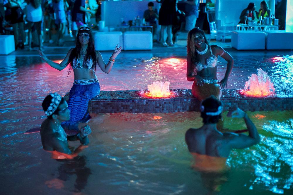 Personajes de Sirenas en la piscina.JPG