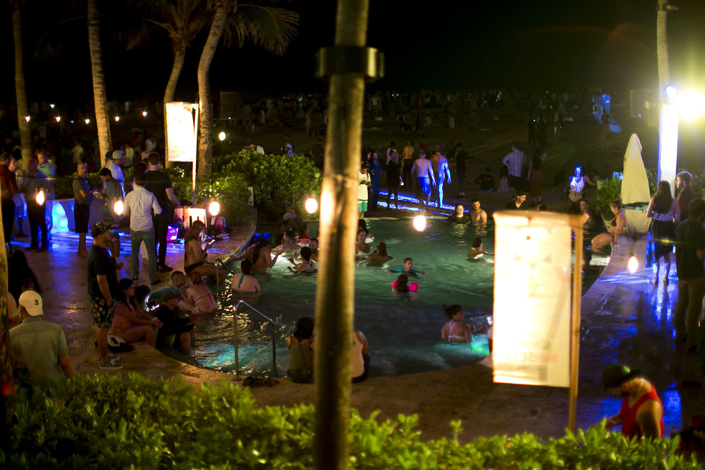Ambiente en la piscina del Corona Sunset Sessions.JPG