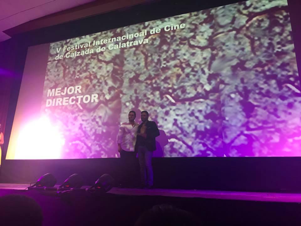 El Director Gustavo Ramos junto al actor Alexón Duprey al momento de recibir el premio como Mejor Director.jpg