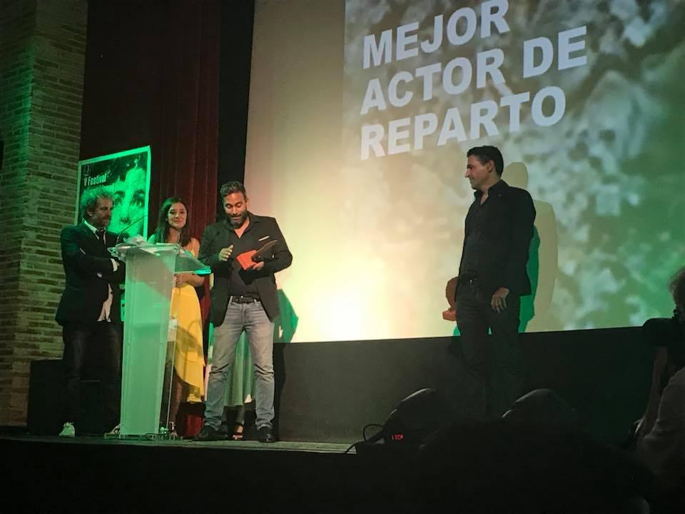 El Director Gustavo Ramos recibe el premio de Mejor actor de reparto otorgado a Carlos Miranda.jpg