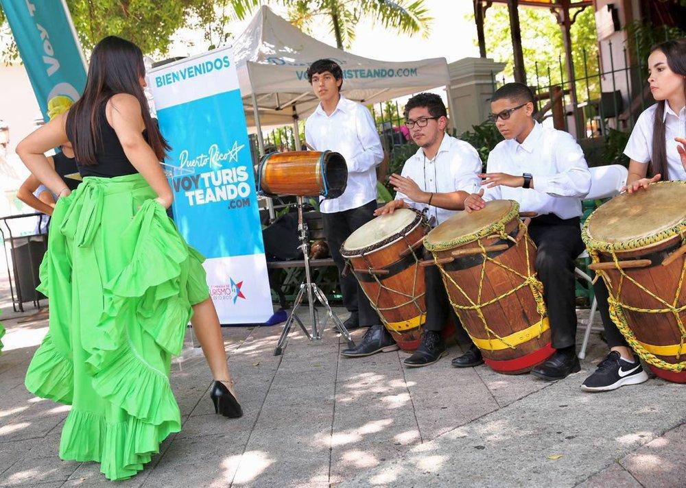 Estudiantes del taller de baile de bomba y plena de la escuela Genaro Cautiño de Guayama quienes deleitaron a los asistente a la conferencia de prensa y estarán presentes en la Feria Voy Turisteando.