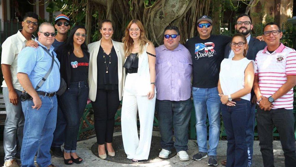 Al centro, Directora Ejecutiva de CTPT, Carla Campos junto a la Directora de Mercadeo de la CTPR, Imaris Arocho, rodeadas por un grupo de destacados 'Influencers', invitados especiales a la Feria Voy Turisteando.
