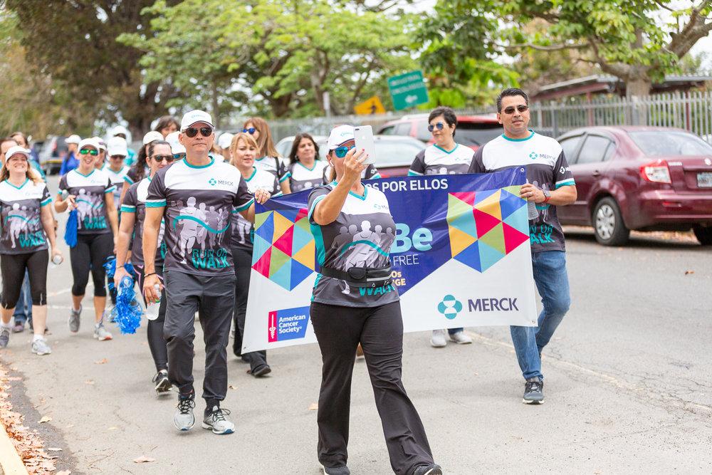 El equipo de empleados de Merck caminó por los alrededores del Centro Médico