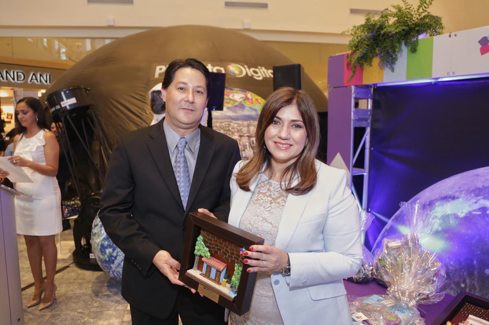 David Thompson junto a Ada Monzon en la entrega del premio de Innovación en Ciencia del EcoExploratorio Museo de Ciencia de Puerto Rico