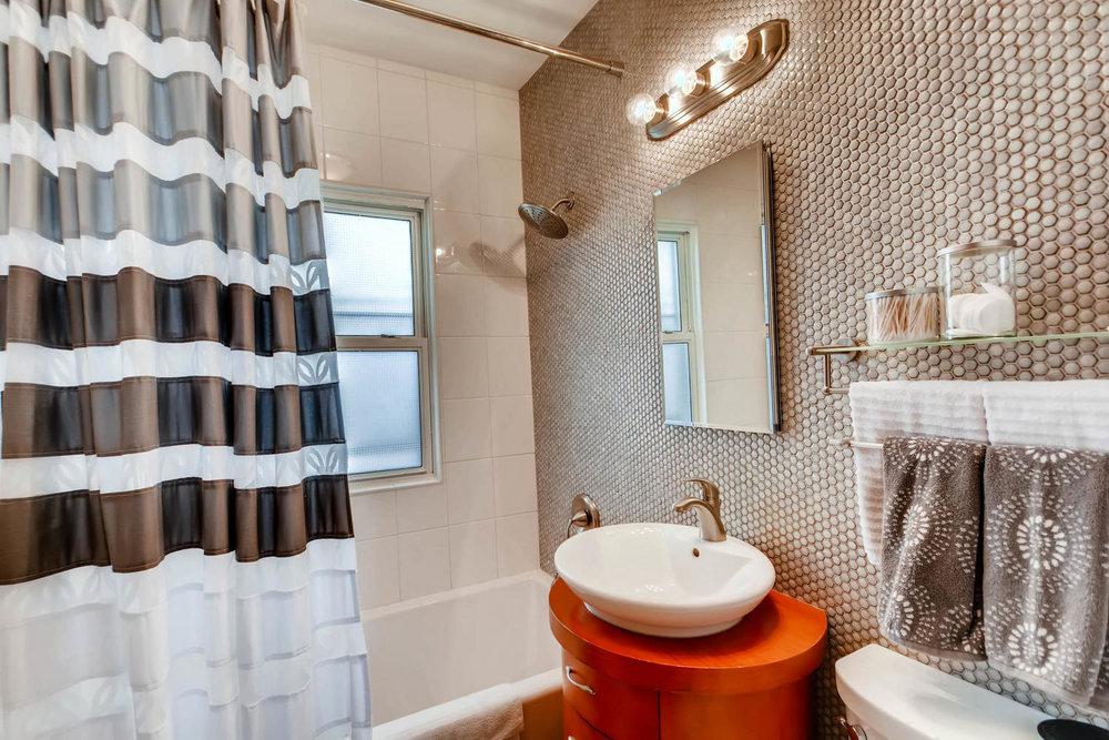 2622 Cleveland St NE-large-019-10-Bathroom-1500x1000-72dpi.jpg